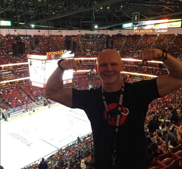 Вечером в Анахайме пошли на хоккей. Играли Анахаймские Могучие Утки против Колорадской Лавины. Еще одна мечта детства сбылась! Впечатлений целая гора)) Игры NHL это целое шоу представление, куда приходят целыми семьями, чтобы развлечься и поболеть за любимую команду.